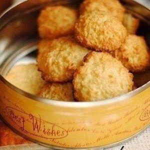 Яйца взбейте с сахаром до полного растворения. Добавьте кокосовую стружку и тщательно перемешайте. По желанию можно добавить ваниль.