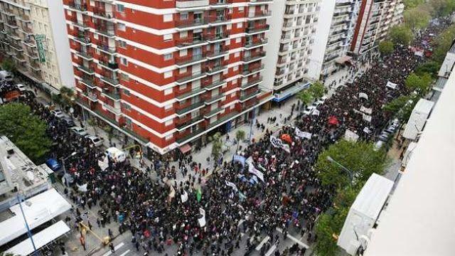 #NIUNAMENOS: EN MAR DEL PLATA TAMBIEN FUE MASIVA LA MOVILIZACION   #NiUnaMenos: en Mar del Plata donde mataron a Lucía también fue masiva la movilización Miles de personas marcharon por las calles de la ciudad en contra de los femicidios y la violencia de género. Participaron los familiares de la joven de 16 años que fue violada y brutalmente asesinada. Al igual que en todo el país y también bajo la consigna #NiUnaMenos en Mar del Plata la movilización contra los femicidios y la violencia de…