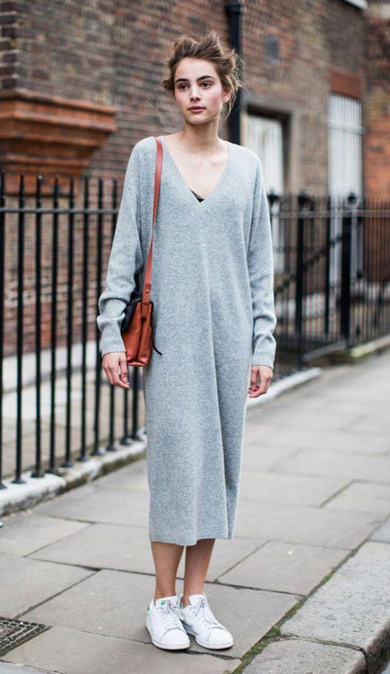 Maxi vestido, amplo, minimalista, cinza, tênis branco, bolsa caramelo