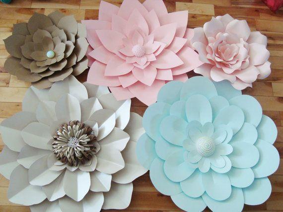 Utilisez les fleurs magnifiques papier grand format pour la décoration, fleurs de mariage, un mur de fleurs dans votre chambre d'enfant bébé, événement social ou d'entreprise.  Fleurs viennent complété (aucun assemblage requis). Offrant 5 fleurs en papier en allant jusquà 5 couleurs de votre choix avec un mélange de léopards et les centres de papier.  Comprend :  -3 fleurs en papier 30 pouces -15 pouces 2 fleurs en papier  Commandes personnalisées sont toujours les bienvenus !  Tous de nos…