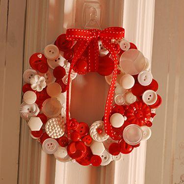 http://randomcreative.hubpages.com/hub/Button-Wreath-Craft-Holiday-Decorations