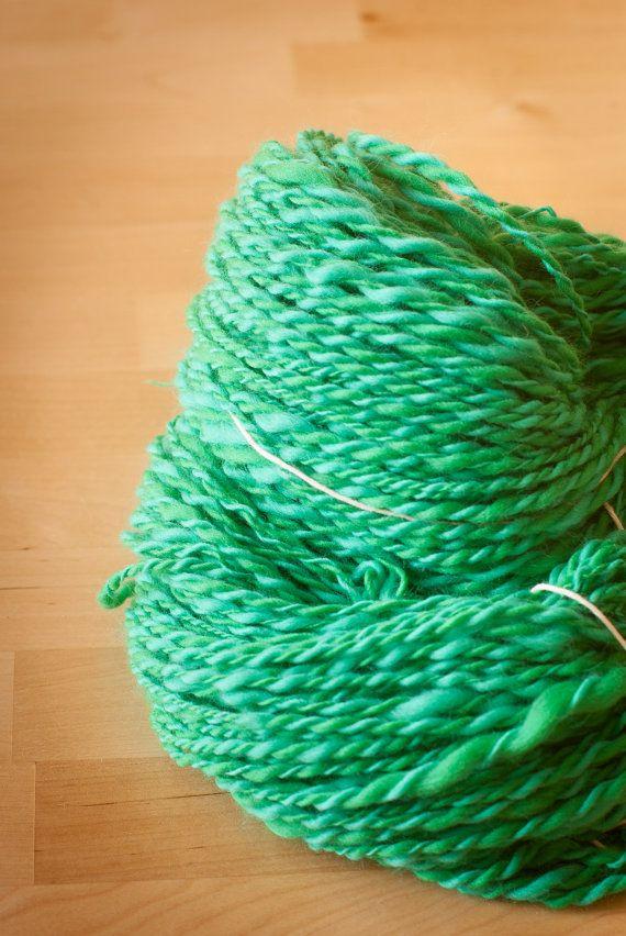 Lana merinos filata a mano verde smeraldo e verde di TheWovenSheep