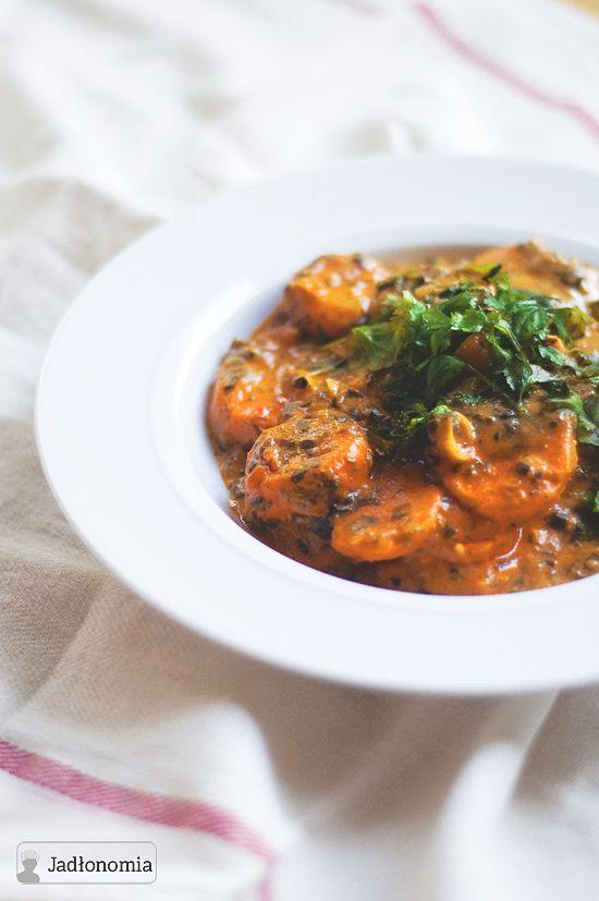 Curry wciąż nie jest zbyt popularne w Polsce – niby trudno je zrobić, nie wiadomo gdzie kupić składniki i właściwie trudno też się połapać jaka jest różnica pomiędzy gotowym, żółtym proszkiem curry a gęstym sosem o tej samej nazwi[...]