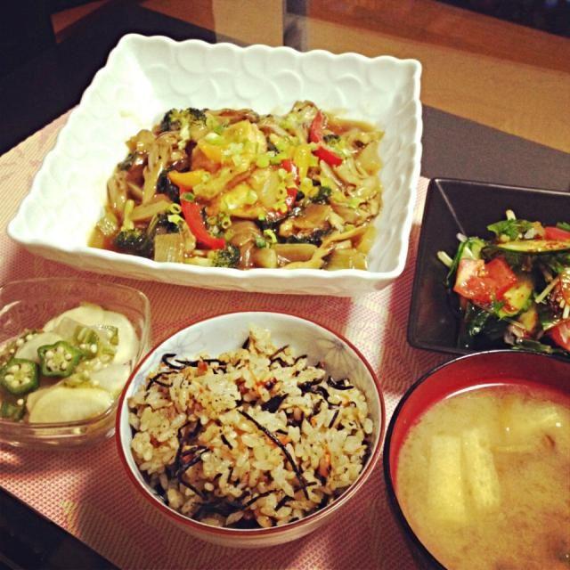 最近梅とオクラの組み合わせにハマり中♡味付けは、めんつゆ!他のもおいしかた(^з^)-☆ - 33件のもぐもぐ - 野菜たっぷり揚げ出し豆腐のオイスターソースあんかけ、ひじきの炊き込みご飯、梅とオクラのカブマリネ、サラダ、なめこのお味噌汁 by Maricoskitchen