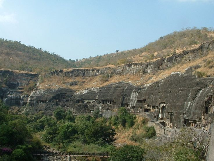アジャンターの石窟寺院群 ムンバイ(ボンベイ)の北東約360kmの断崖にある全長約600mのアジャンターの石窟寺院群には、30以上の石窟が並ぶ。石窟は、紀元前2世紀〜2世紀の前期窟と、グプタ朝時代の5世紀の中ごろ〜7世紀の後期窟に分けられる。