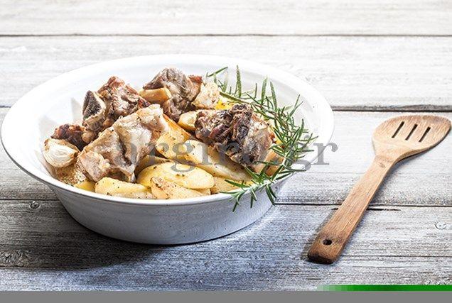 Κατσικάκι λεμονάτο λαδορίγανη με μελωμένες πατάτες στη γάστρα