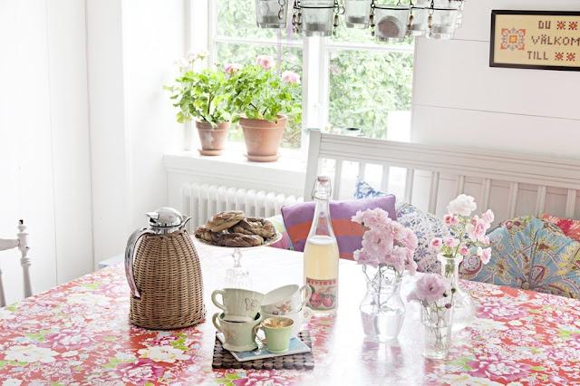 : Cottages Kitchens, At The Home Of, På Gotland, Color Kitchens, Summer House, Boho Blog, Interiors Design, Kitchens Teas, Breakfast Tables