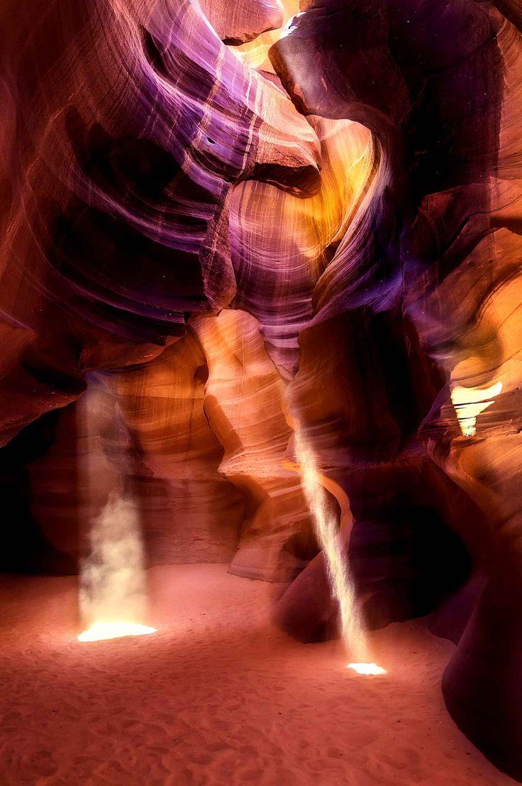 Ce n'est pas tout à fait une grotte, mais l'Antelope Canyon est si étriqué qu'on n'y aperçoit le ciel que par petites parcelles. Cette gorge se situe dans le nord de l'Arizona, aux Etats-Unis, à côté du lac Powell, dans la réserve de la Nation navajo.