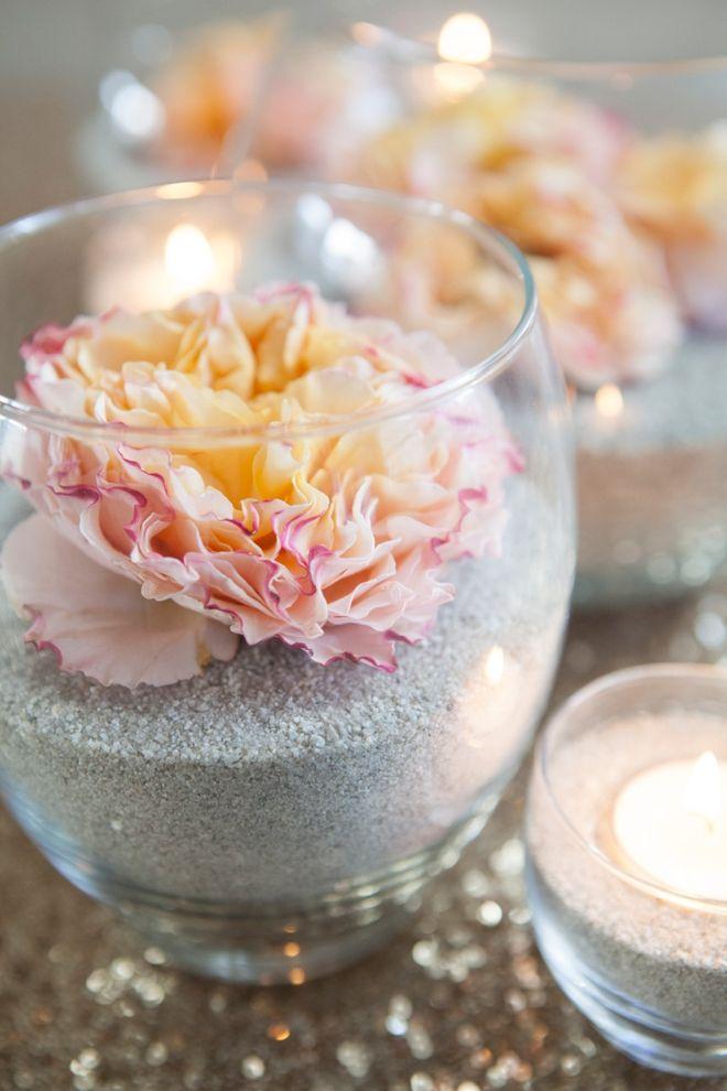 Décoration avec des fleurs fraîches dans le sable                                                                                                                                                      Plus