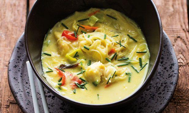 Receita de sopa de peixe exótica e aletria, simples e fácil de preparar. Com um toque de caril, leite de coco e cebolinho. Experimente e deixe-se deliciar.