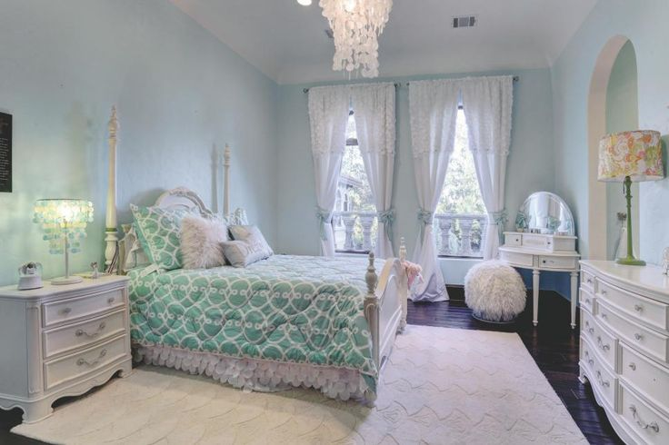 Tour a home with sophisticated kids 39 bedrooms in spring for Kids bedroom window treatments