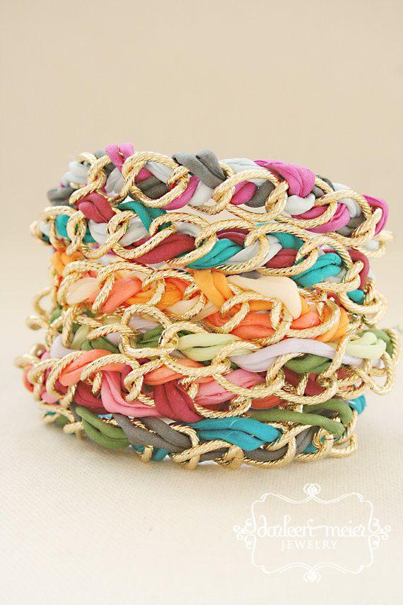 Brazaletes de cadena dorada con tiras de colores