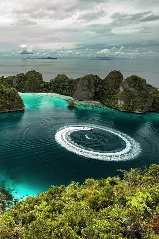 El archipiélago de las islas Raja Ampat está situado en Indonesia al noroeste de la península de Doberai.