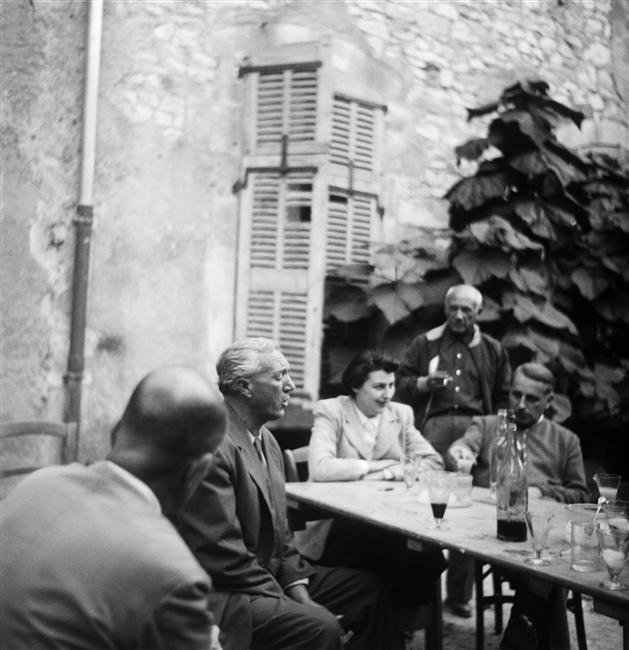 Robert Picault: Pablo Picasso, Diane et Georges Bataille et Michel Leiris(de dos) écoutant Manuel Angeles Ortiz chanter dans la cour du laboratoire d'oenologie d'André Castel à Nîmes, 24 septembre 1950