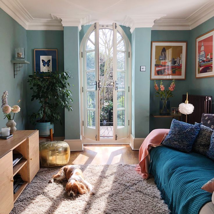 groß Blue living room inspiration. Walls painted in six blue by farrow and ball. French doors leading onto balcony. Living room ideas. Living room interior