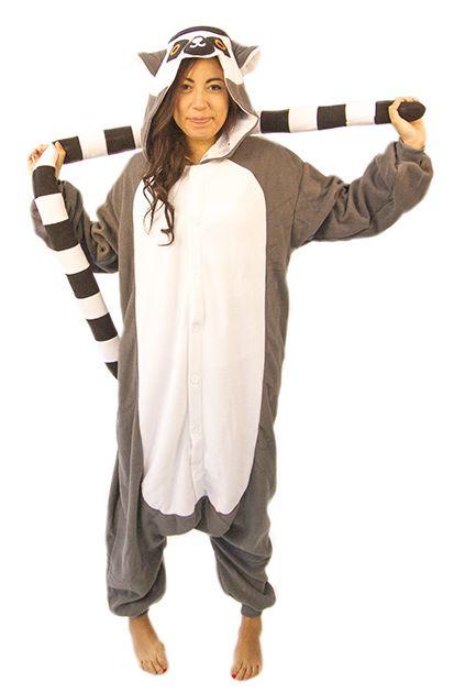 Lemurdräkt Kigurumi. Det finns få saker som slår en klåfingrig och smått galen lemur. Dessa söta apdjur är kända för sina stora och stirrande ögon. Så för dig som vill fästa blicken på maskerades sötaste tjej eller kille – här har du en dräkt för dig.   Lemur Kigurumin levereras i en gråaktig ton samt en vit och fluffig mage. Dessutom sitter det även fast en extra lång och spänstig svans på dräkten, allt för att skapa en så äkta bild som möjligt.