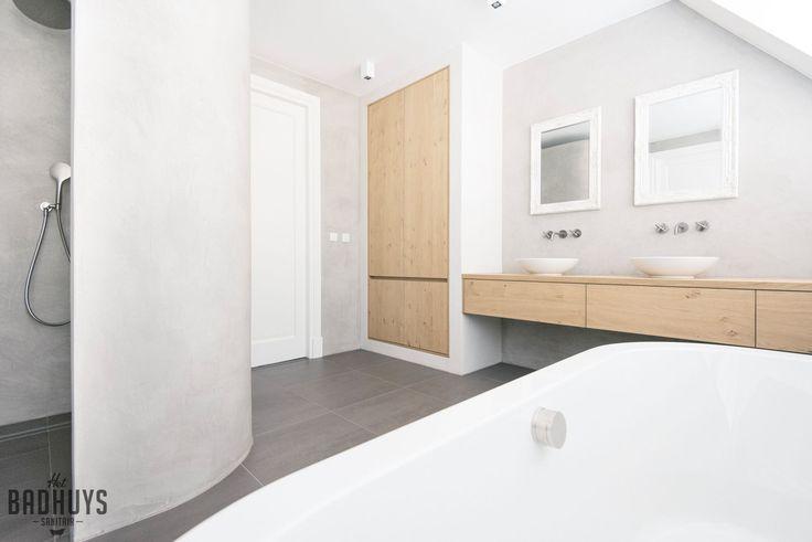 Badkamer met rond bad en muren in de Beton Cire   Het Badhuys Breda