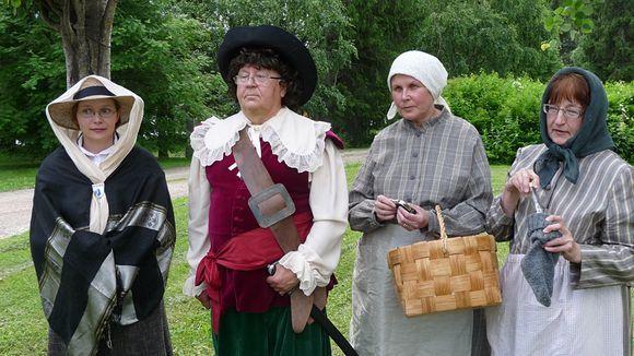 Kajaanin Matkailuoppaat ry:n jäsenet tekevät muun muassa rooliesityksiä. Kuvassa hahmoista Agnes Castrén, Pietari Brahe, Vanni Karjalainen ja Caisa Moilanen.