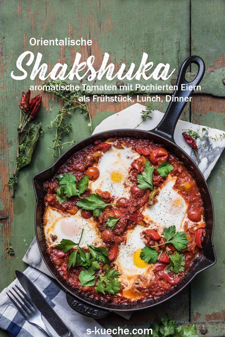 Shakshuka, orientalisches Pfannengericht mit Tomaten und pochierten Eiern