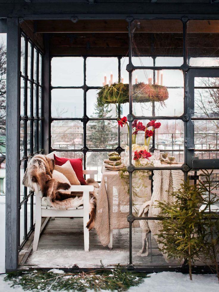 Rött som tomtens luva och som lacket på gammaldags julpaket. Slipat glas, vitt porslin och naturfärgat linne lyfter fram amaryllisens röda julsignal.