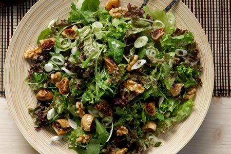 Πράσινη σαλάτα με ξερά σύκα, καρύδια και σάλτσα μελιού - Συνταγές | γαστρονόμος