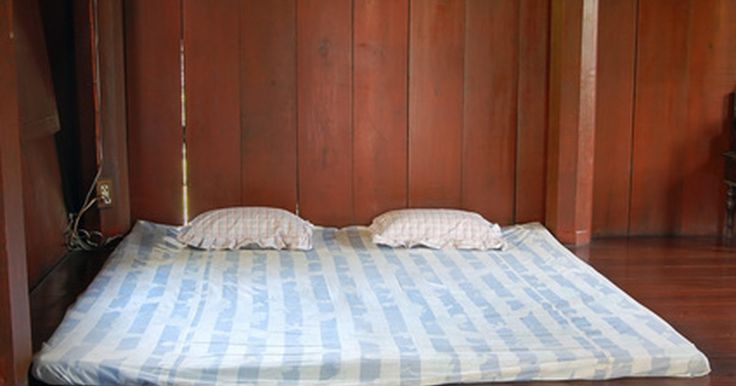 Cómo limpiar el colchón con vinagre blanco. Un colchón limpio le da al durmiente el sueño de una noche de descanso y el mantenimiento regular es la clave para una cama con buen olor. No importa el tamaño del colchón que tienes, la limpieza regular con vinagre blanco luchará contra el moho y las bacterias. Sin importar si refrescas una cama de segunda mano o esterilizas un área manchada ...