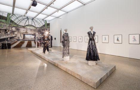 Karl Lagerfeld - Ausstellungsansicht im Museum Folkwang, 2014 Raum CHANEL: Haute Couture-Mode, CHANEL 2013 Modezeichnungen, CHANEL 2013 © 2014, Karl Lagerfeld © Foto: Museum Folkwang, Sebastian Drüen, 2014