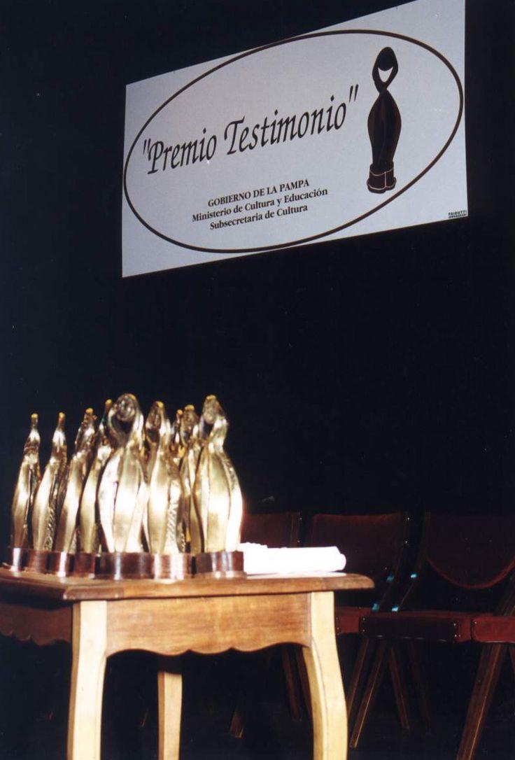 """Entrega de premios """"Testimonio"""" - Distinguen a docentes de la UNLPam.-"""