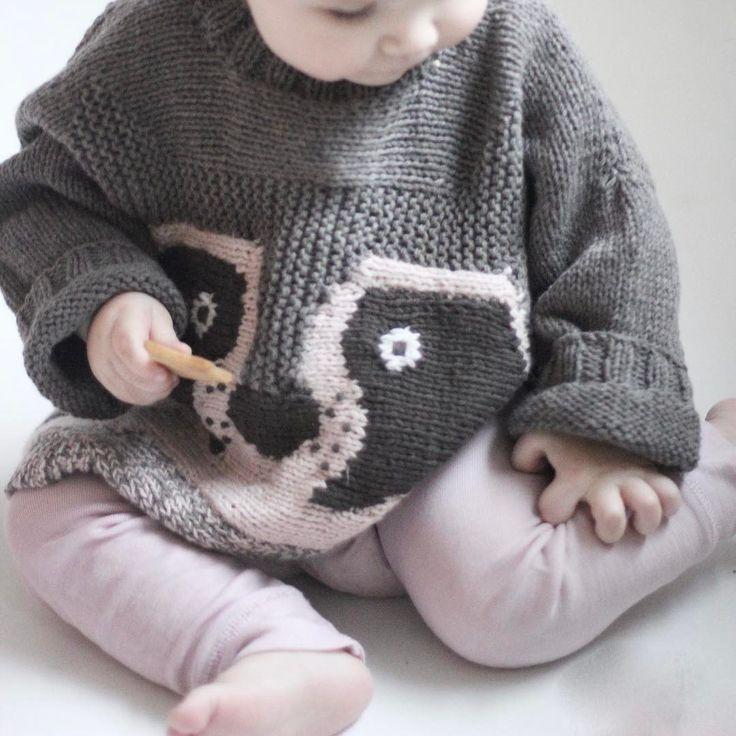 | o v e r s i z e d | For hver dag som går vokser Anna inn denne herlige genseren fra @knittingforolive #knittingforolive #knittingforolivesmerino #knitting #strikkedilla #olivesracoon #olivesvaskebjørn #knitstagram #jentestrikk #barnestrikk #strikkegenser #teststrikk #knit