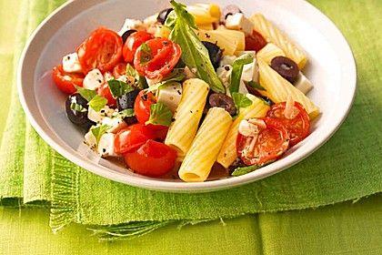 Sommerliche Nudeln mit Tomaten, Schafskäse und Oliven