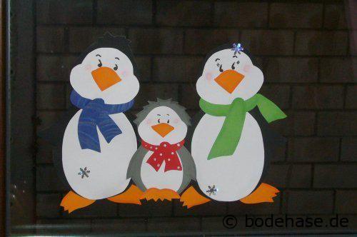 Fensterbild aus Tonpapier mit Papa-Pinguin, Mama-Pinguin und Kind-Pinguin