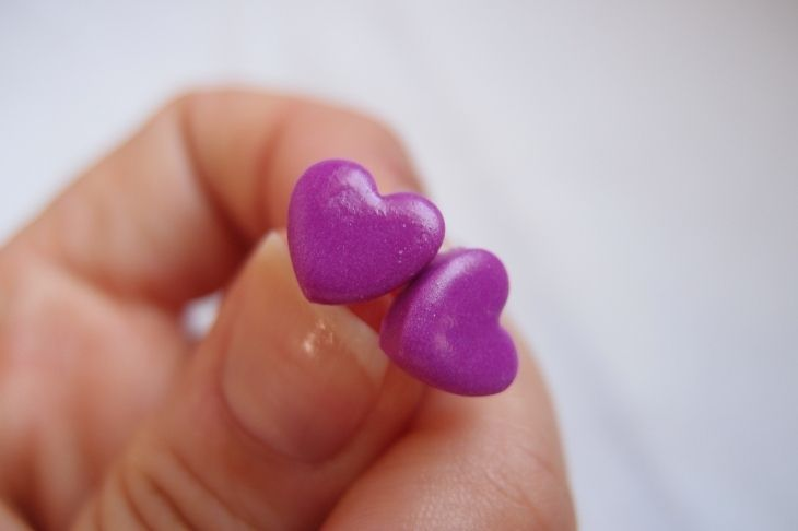 Orecchini Cuore in fimo colore Violetta Vera di bricie&micie chicche e pensieri fatti a mano  su DaWanda.com
