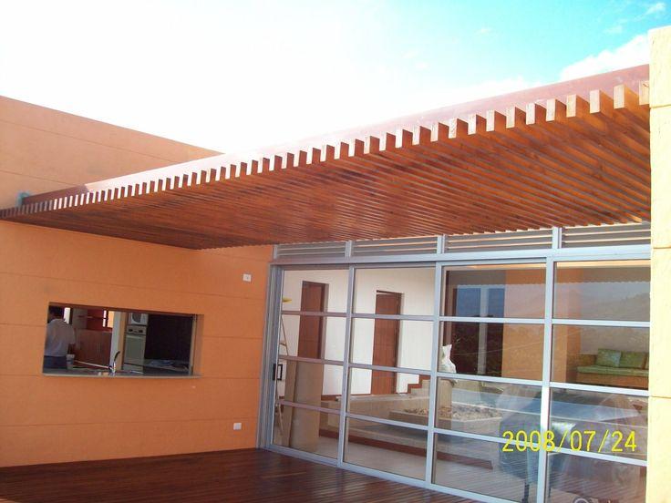 vista lateral de pérgola con bastantes listones así se genera un tipo de techo elegante en la parte exterior