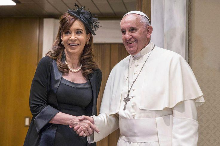 Reunión ente la presidenta Cristina Fernández de Kirchner y el Papa Francisco en el estudio del aula magna de la sala Paulo VI. A su término fueron presentadas las delegaciones y se intercambiaron obsequios.