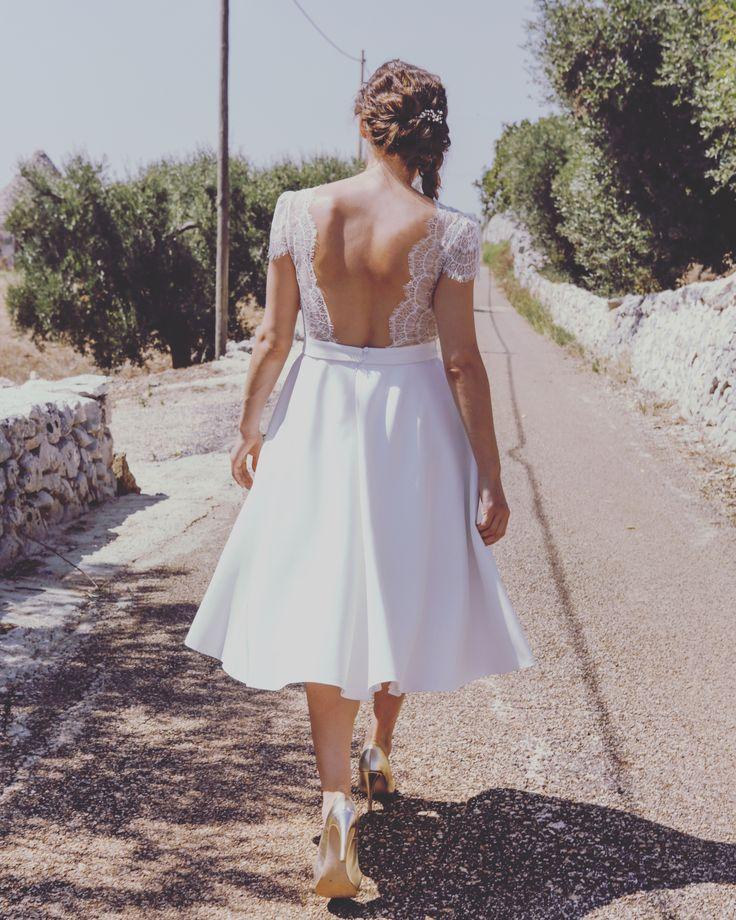 Modèle Rose. Robe de mariée courte bohème. Longueur midi. Grand décolleté dos. Photo Alice Lemarin. mannequin Pauline Tremblay. Collection Elodie Michaud.