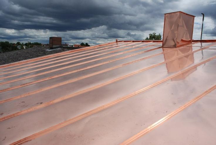 Gewitterwolken ziehen auf. Spiegelndes Blechdach verkleidet durch die Kemker GmbH Bedachungen in Ludwigsburg (71638) | Dachdecker.com