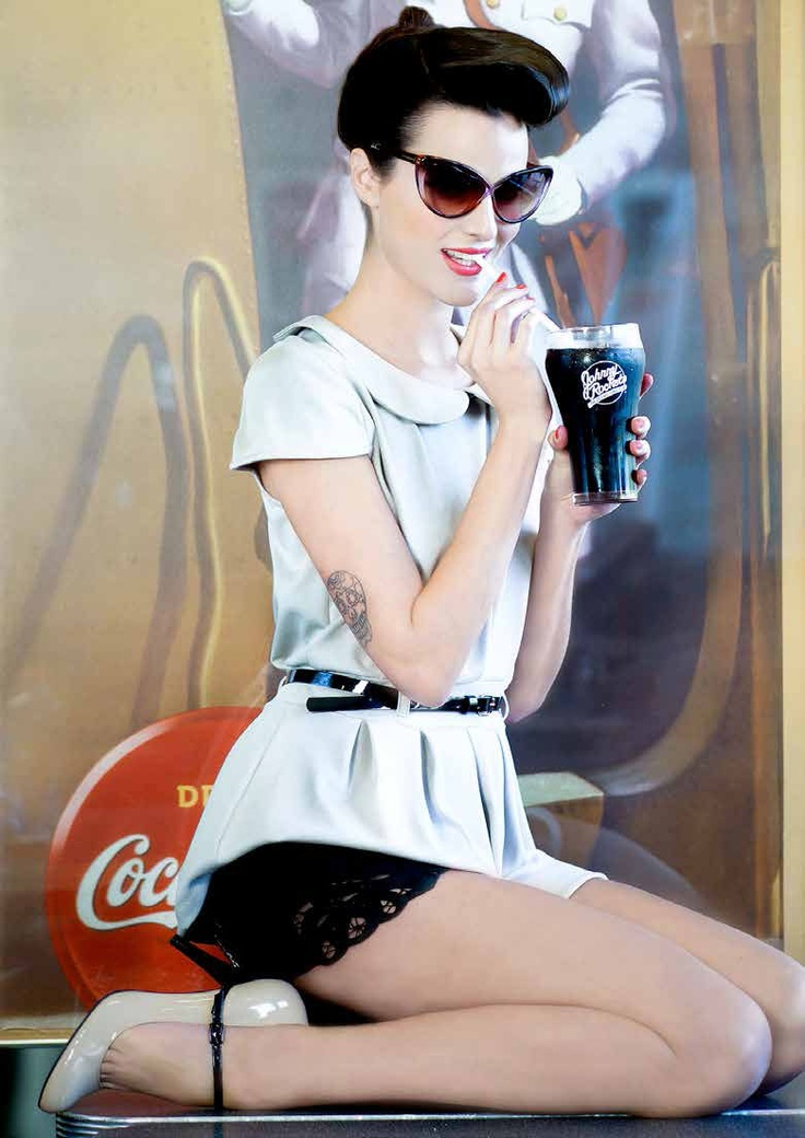 Top beige con cinturón negro MOR $29.990 // Short negro de lentejuela  Kosiuko $70.000 // Zapatos Nine West en We Love Shoes $54.900 // Anteojos Tom Ford en Place Vendôme $229.000