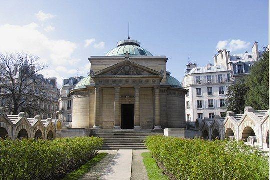 Chapelle expiatoire. 29, rue Pasquier Paris 75008. Édifié sur un ancien cimetière qui reçu des centaines de corps pendant la révolution Française, la chapelle est bâtie à l'endroit même où le roi Louis XVI et la reine Marie-Antoinette furent inhumés après leur exécution en 1793.