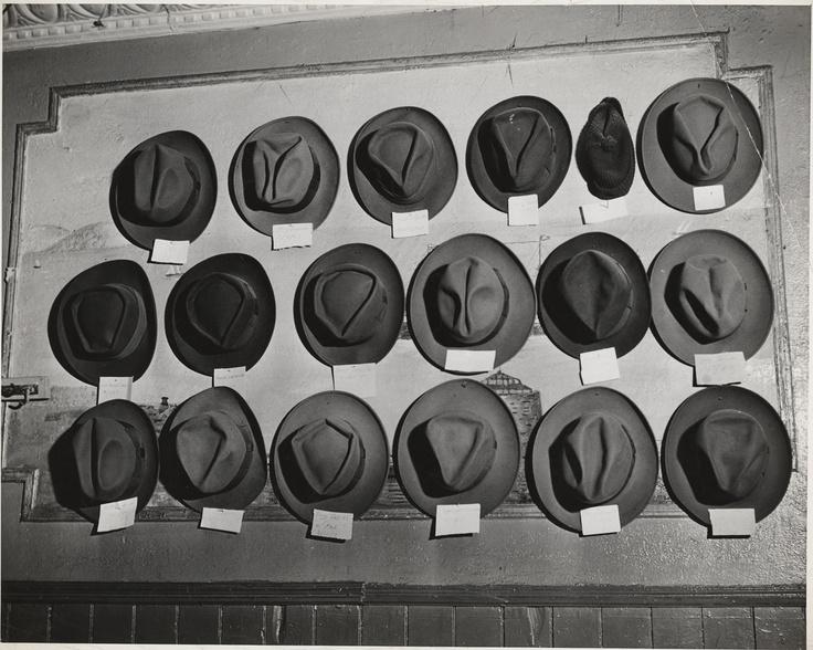 Weegee: Cappelli in una sala da biliardo, Mulberry Street, New York, ca. 1943 Stampa alla gelatina d'argento © Weegee/International Center of Photography International Center of Photography