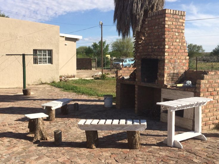 Log and pallet seating around the braai (BBQ) area. Effect same as for the firepit area. Note single log seat with pallet slats for seating. These usual 450mm high like a dining chair. Table 750mm high