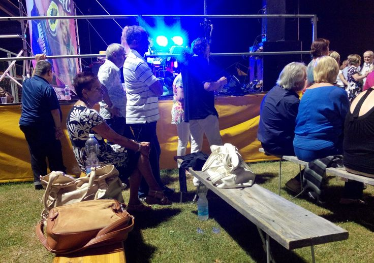 Ma quante belle borse abbandonate per ballare alla sagra di paese! #furto #borseggio #antifurto #ballare #balera #discoteca #sagre #borsa