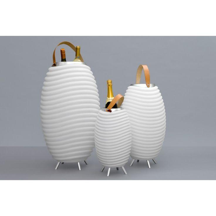 La Lampe LED seau à champagne haut-parleur enceinte bluetooth KOODUU SYNERGIE 35 (blanc) vous permettra d'aborder l'été en toute convivialité. Grâce à son compartiment permettant de déposer des glaçons, vous pourrez consommer des boissons fraîches et écouter de la musique dans tous les lieux que vous souhaitez.