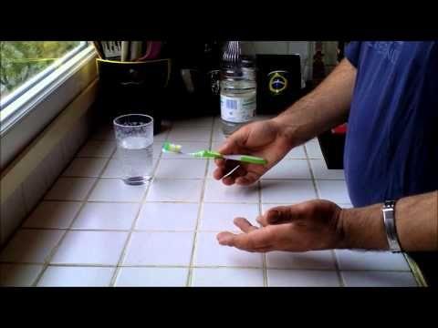 Aloe Vera e Glicerina  Em um copo de água, adicione meia xícara de bicarbonato de sódio, 1 colher de chá de gel de aloe vera, 10 gotas de óleo essencial de limão e 4 colheres de chá de glicerina vegetal. Misture bem e combine para armazenar o líquido num recipiente adequado. Escove os dentes diariamente com esta mistura para remoção de tártaro.