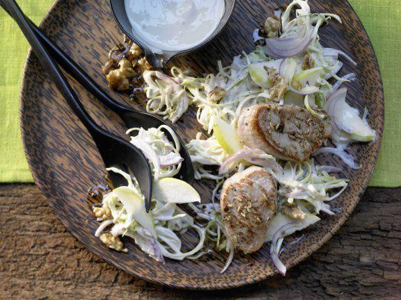 Spitzkohl-Waldorf-Salat mit gegrillten Schweinemedaillons: So macht Wiedersehen Freude - 60er-Jahre-Kultsalat in leichtem neuem Outfit mit Joghurt.