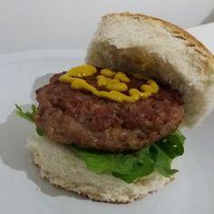 Hambúrguer caseiro de pernil com bacon e raspas de limão