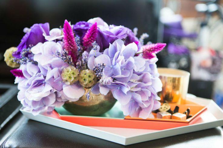 Se usi un vaso poco profondo, crea una griglia con il nastro adesivo in modo che i fiori restino al loro posto. Inserisci prima i fiori più pieni nell'angolo, dato che occuperanno la maggior parte del vaso. Poi usa i fiori di medie dimensioni per coprire i buchi rimasti nella griglia e i più piccoli in modo che diano risalto alla composizione. Nella foto: hydrangea blu, lisianto viola, baccelli di scabiosa, lavanda e celosia.