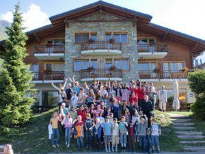 """Tabara de engleza / franceza / germana / spaniola, SPORT & ARTA  Statiunea Verbier este situata la 1500 m altitudine, in inima Alpilor Elvetieni, este strajuita de muntele """"Le Grand Combin"""" de 4300 m si ofera conditii perfecte de ski timp de 5 luni pe an. Statiunea se afla la doua ore distanta de Geneva si 3 de Zurich, fiind aproape de granitele cu Italia si Franta.   Lectiile de limbi straine – cursul include 8 ore de lectii de limbi straine (engleza, franceza, germana sau spaniola la…"""