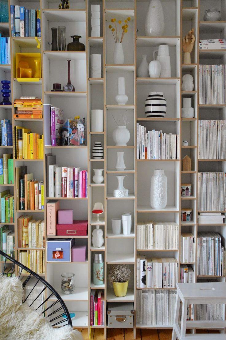 selbstgebautes Bücherregal aus MDF-Platten