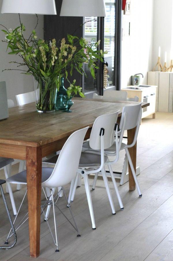 Zo een leuk idee, verschillende witte stoelen met robuuste tafel.