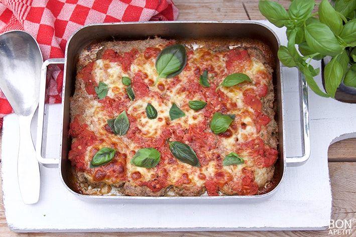Deze heerlijke makkelijke Meatzza is een combinatie van gekruid gehakt, tomatensaus en mozzarella. Je weet niet wat je proeft! Recept op BonApetit.